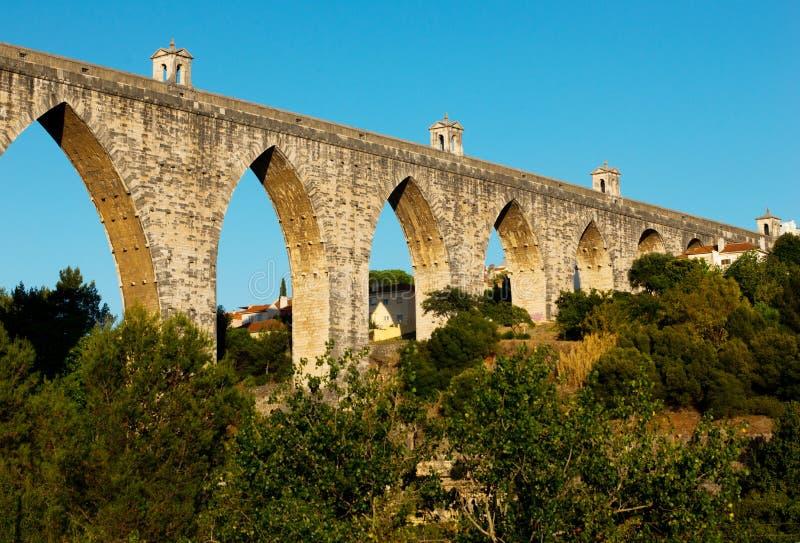 El acueducto histórico en la ciudad de Lisboa construyó en el siglo XVIII, P foto de archivo