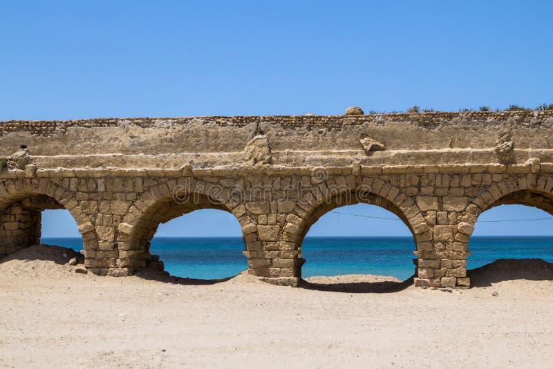 El acueducto romano en Caesarea Israel foto de archivo