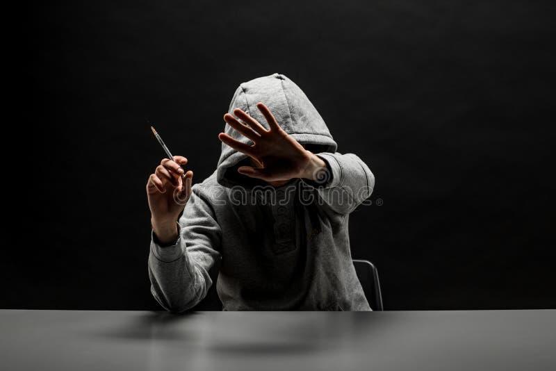 El adicto en sudadera con capucha gris en la cabeza sufre del apego en DA imágenes de archivo libres de regalías