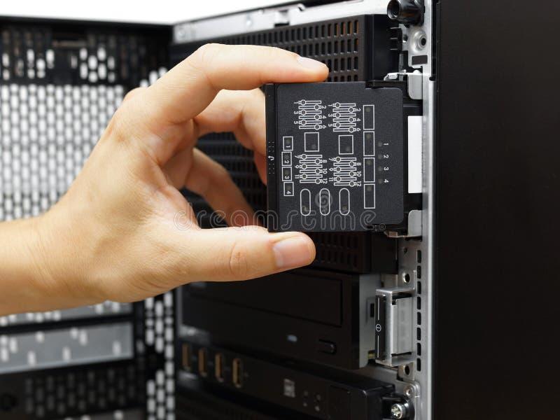 El administrador de sistema examina fracaso de hardware en el servidor de datos fotografía de archivo