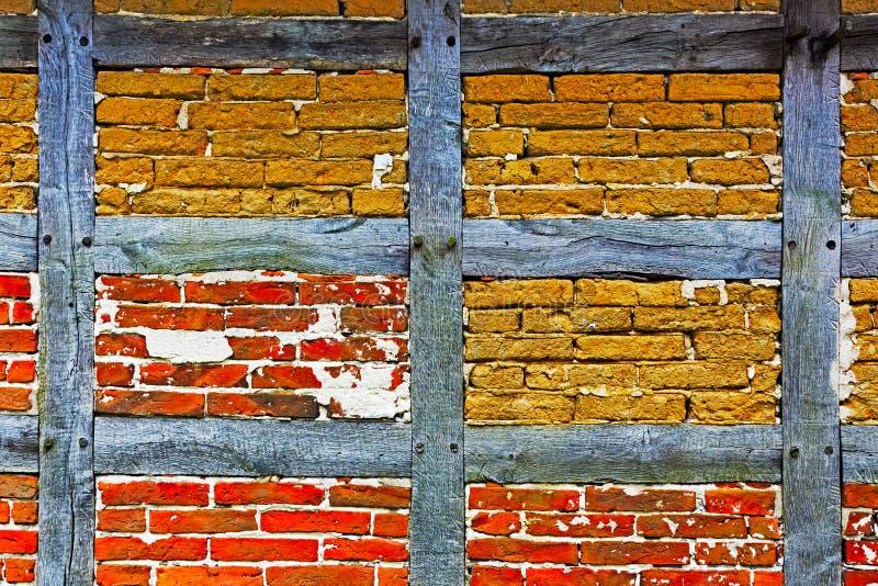 El adobe y la pared de ladrillo viejos de la mitad enmaderaron la casa imagen de archivo