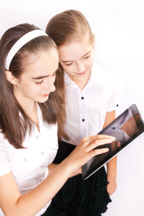 La muchacha dos con el ipad tiene gusto del artilugio fotos de archivo