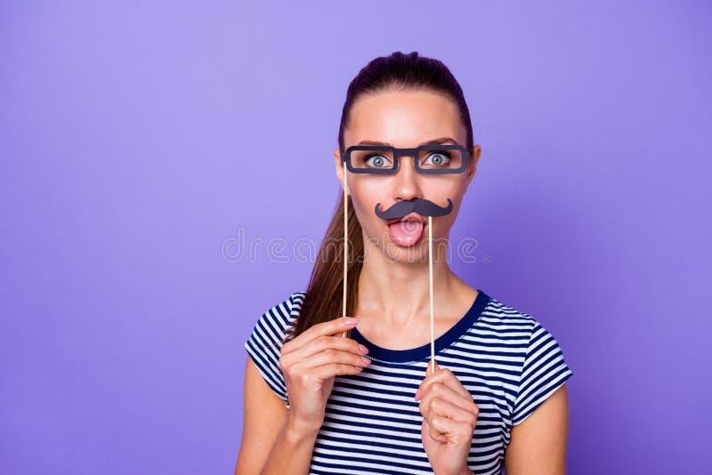 El adolescente adolescente encantador agradable lindo del retrato hace contenido satisfecho fin de semana de los días de fiesta d imagenes de archivo