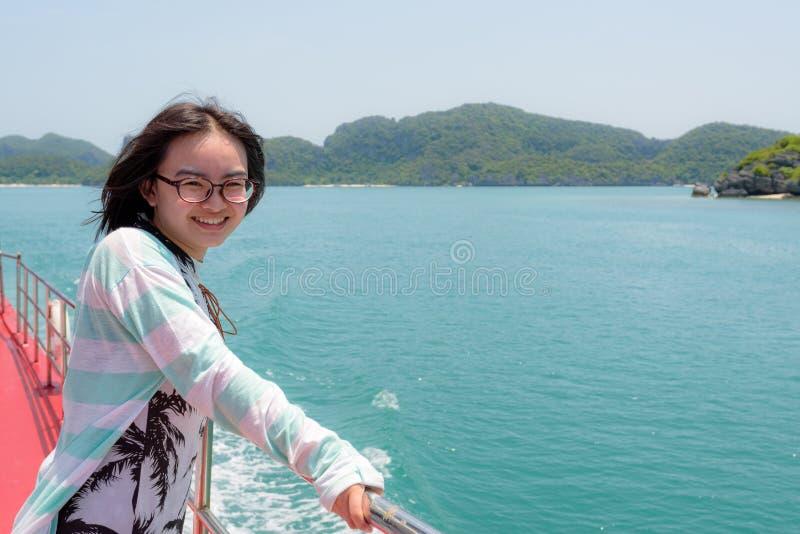 El adolescente está viajando en barco imagen de archivo libre de regalías