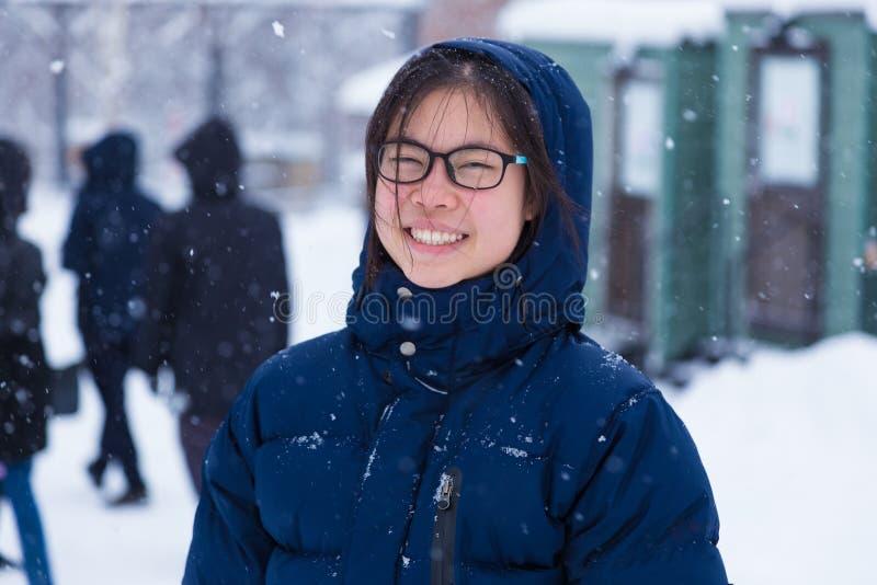 El adolescente femenino asiático joven feliz goza el estar afuera durante triunfo imagen de archivo