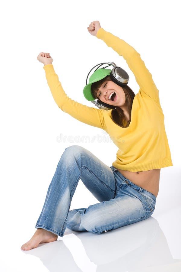 El adolescente femenino disfruta de música con los auriculares imagenes de archivo