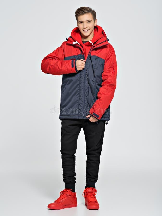 El adolescente lleva la ropa de moda de la caída imagenes de archivo