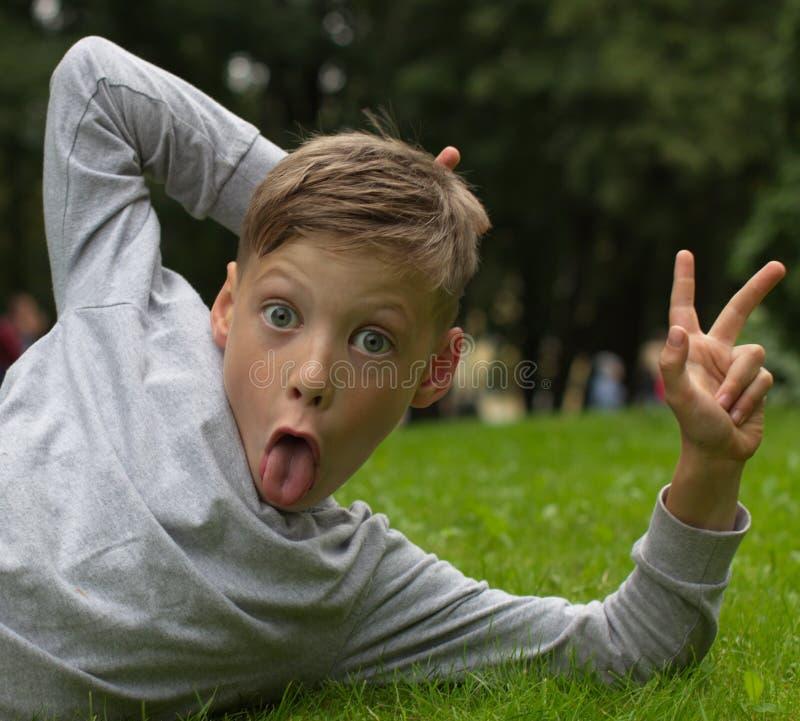 El adolescente muestra la muestra de una victoria fotos de archivo