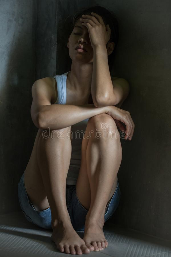 El adolescente presionado que se sentaba llevando a cabo la cabeza en manos, subrayó y triste foto de archivo libre de regalías