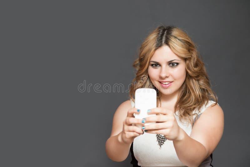El adolescente sorprendido está mirando su teléfono elegante imágenes de archivo libres de regalías