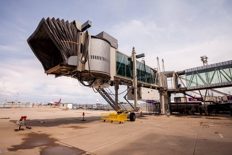 El aerobridge del edificio en el aeropuerto internacional de Phuket el 28 de julio de 2012 Phuket Tailandia foto de archivo libre de regalías