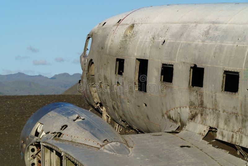 El aeroplano abandonado DC-3 en la playa de Solheimasandur foto de archivo
