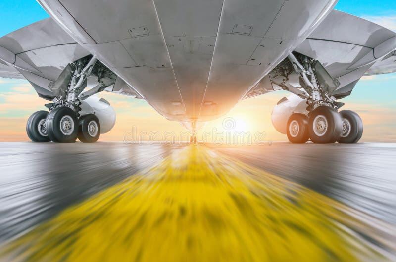 El aeroplano acelera en la visión de alta velocidad de debajo con la luz brillante imagenes de archivo