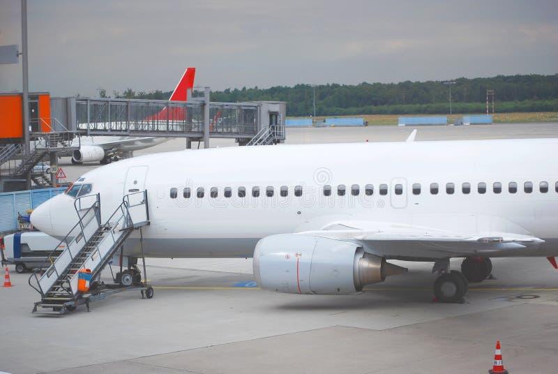 El aeroplano, alista para subir imagen de archivo libre de regalías