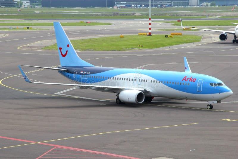 El aeroplano de Arkefly está llegando el aeropuerto de Schiphol imagen de archivo