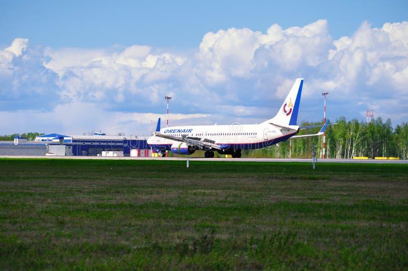 El aeroplano de Boeing 737-800 de las líneas aéreas de Orenair está aterrizando en el aeropuerto internacional de Pulkovo en St P fotos de archivo libres de regalías