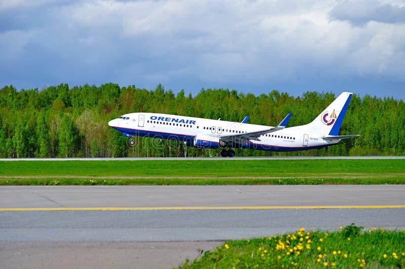 El aeroplano de Boeing 737-800 de las líneas aéreas de Orenair está sacando de la pista en el aeropuerto internacional de Pulkovo fotografía de archivo libre de regalías