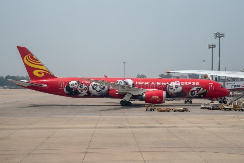 El aeroplano de Hainan aterrizó en el aeropuerto internacional capital de Pekín imágenes de archivo libres de regalías