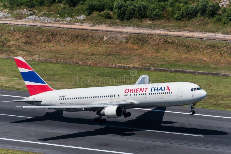 El aeroplano de Oriente Thai Airways saca en el aeropuerto de phuket imagen de archivo libre de regalías