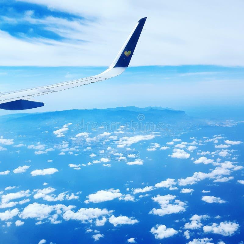 El aeroplano del cielo se nubla el cielo foto de archivo