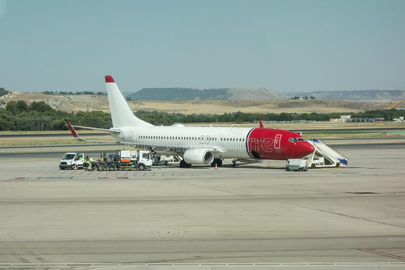 El aeroplano es mantenido por el equipo de tierra El aeroplano que consigue preparado para saca imagen de archivo libre de regalías