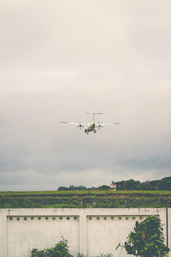 El aeroplano está aterrizando en el aeropuerto imágenes de archivo libres de regalías