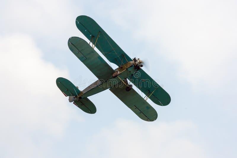 El aeroplano retro está volando fotografía de archivo libre de regalías