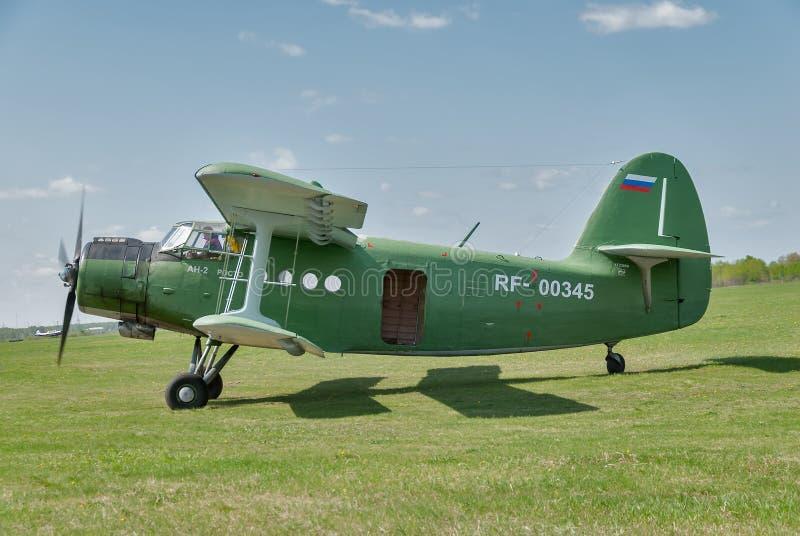 El aeroplano AN-2 se prepara para el despegue imagen de archivo