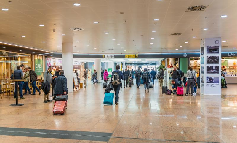 El aeropuerto de Bruselas, Bélgica, el 28 de marzo de 2019 Bruselas, gente es incorporación para sus vuelos fotos de archivo libres de regalías