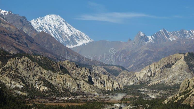 El aeropuerto de Hongde, los acantilados de la piedra caliza y la nieve capsularon el pico de Tilicho imagen de archivo libre de regalías