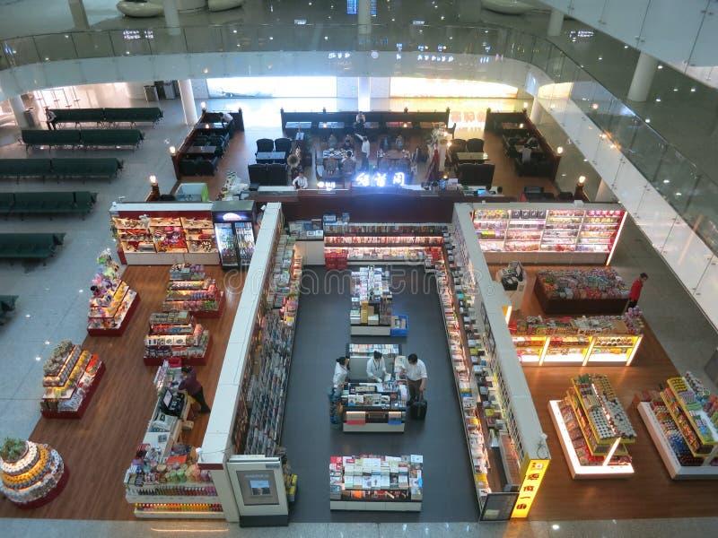 El aeropuerto hace compras desde arriba foto de archivo