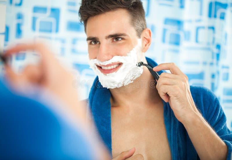 El afeitar atractivo del hombre foto de archivo libre de regalías