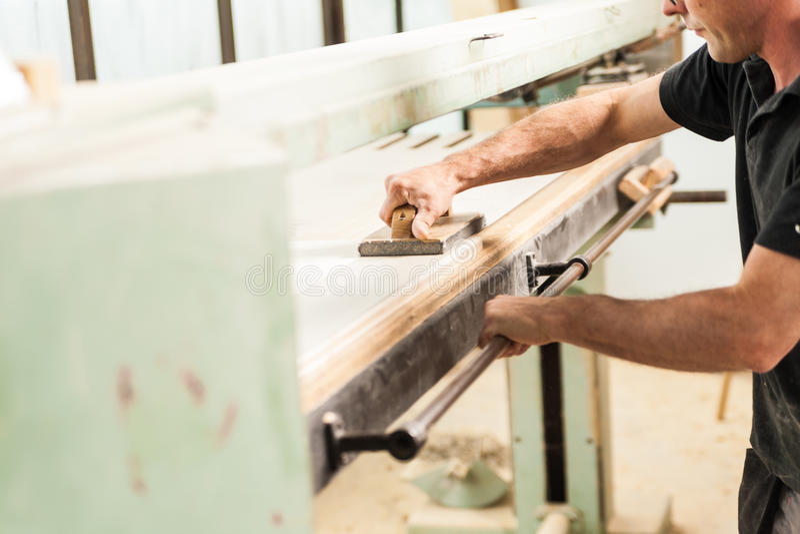 El afeitar con el avión en taller del carpintero imagen de archivo
