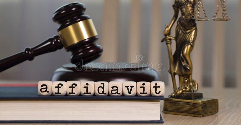 El AFFIDAVIT de la palabra integrado por de madera corta en cuadritos Mazo y estatua de madera de Themis en el fondo fotografía de archivo