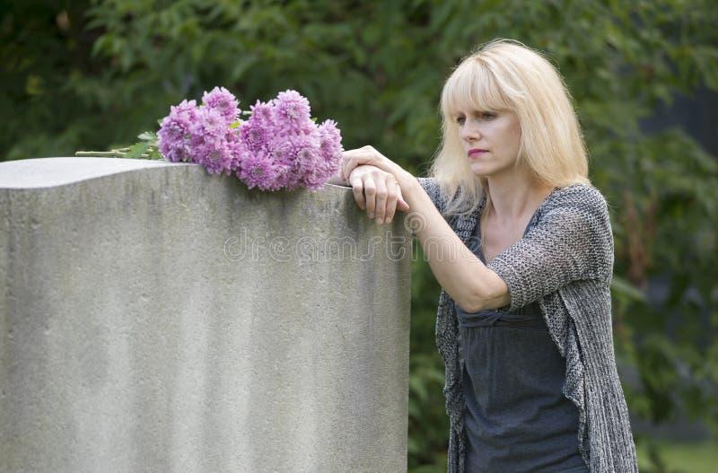 El afligirse en el cementerio imagen de archivo libre de regalías