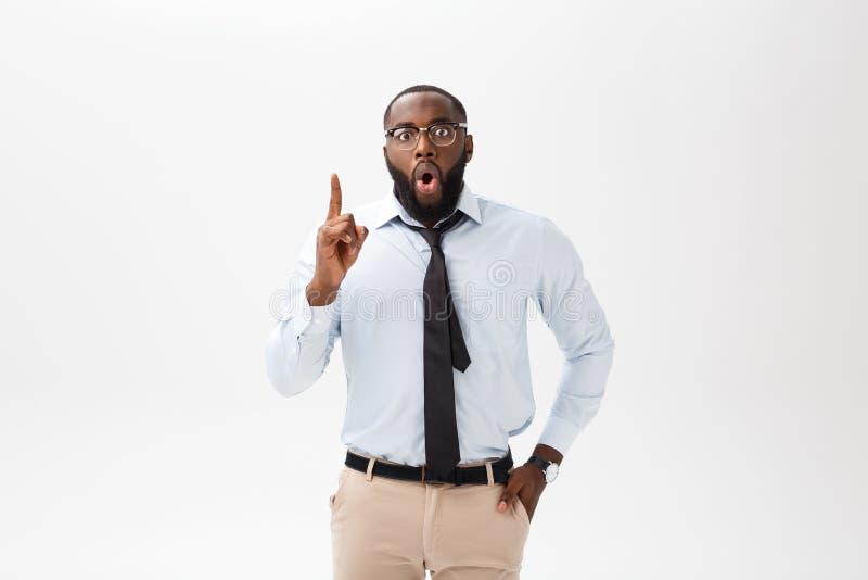 El afroamericano del hombre de negocios con los vidrios piensa en fondo blanco aislado fotos de archivo libres de regalías