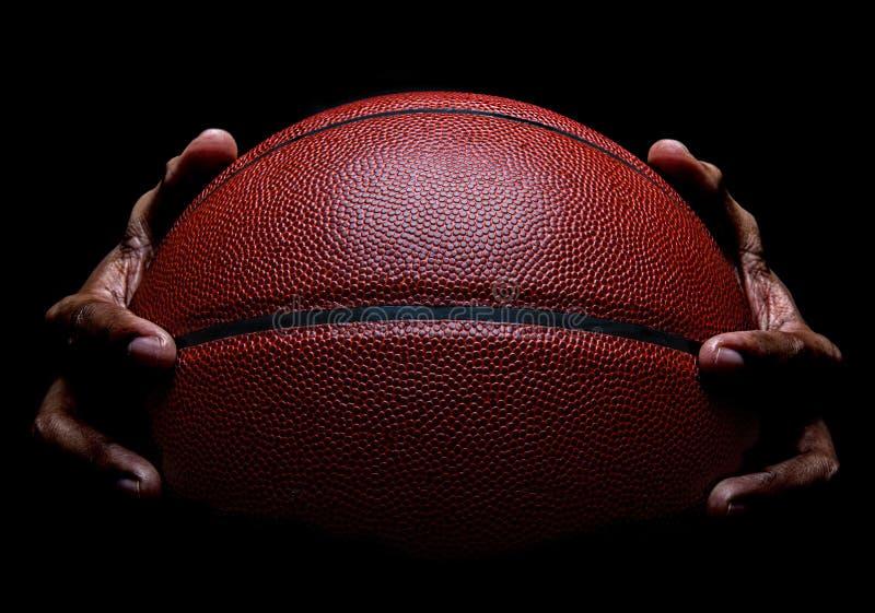 El agarrar del primer y de la mano del baloncesto fotografía de archivo