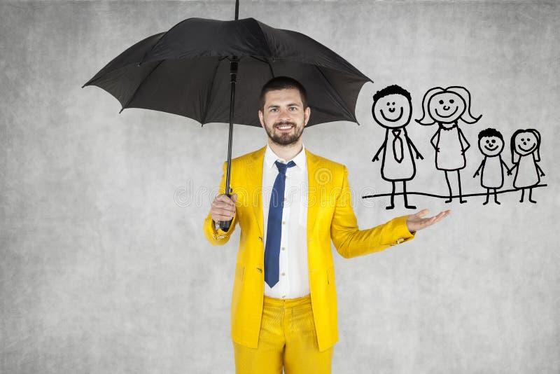 El agente de seguro asegura a su familia imagen de archivo libre de regalías