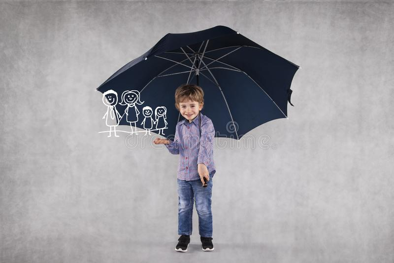 El agente de seguro joven debajo de los paraguas, protege a su familia imagen de archivo libre de regalías