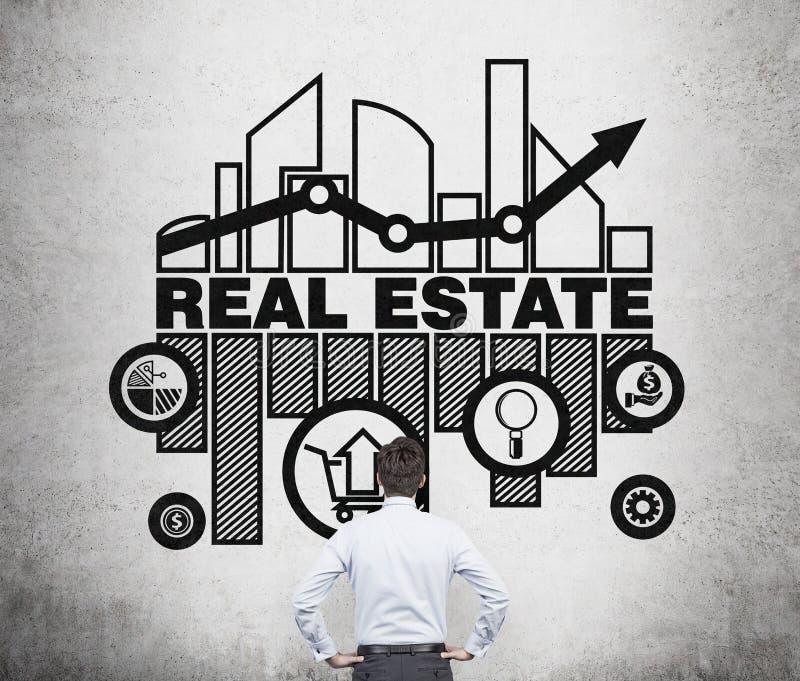 El agente inmobiliario está pensando en oportunidades del mercado inmobiliario imagen de archivo libre de regalías