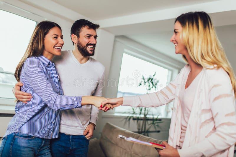 El agente inmobiliario muestra interior para juntarse imagen de archivo libre de regalías