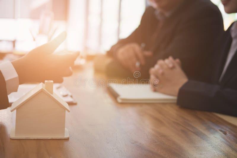 el agente inmobiliario tiene una reunión con el cliente venta y compra fotografía de archivo libre de regalías