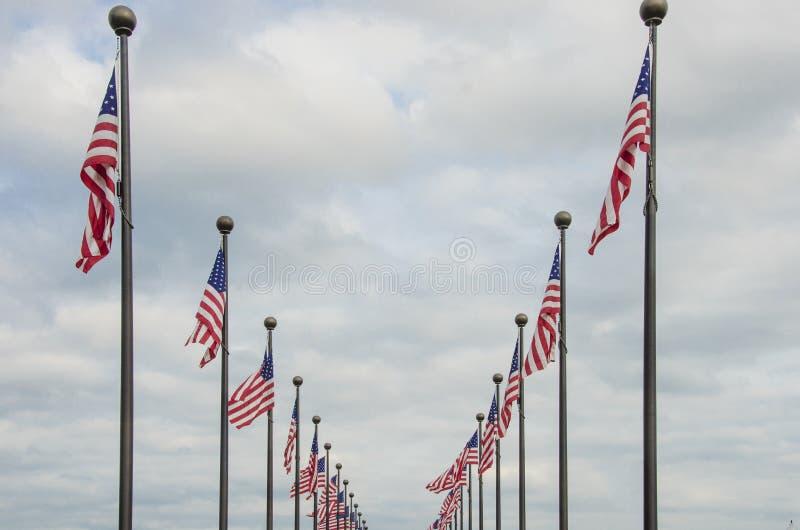 El agitar de las banderas americanas fotos de archivo
