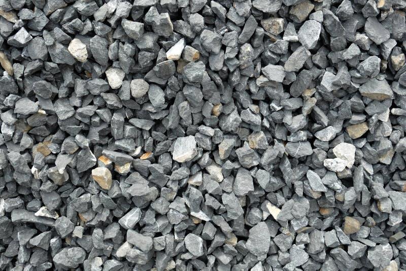 El agregado de piedras grises gruesas, machacado en un hoyo de piedra, cubre con grava el modelo imagenes de archivo