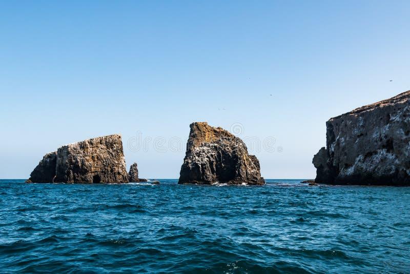 El agrupar de las formaciones de roca volcánica en la isla del este de Anacapa en California imagen de archivo libre de regalías