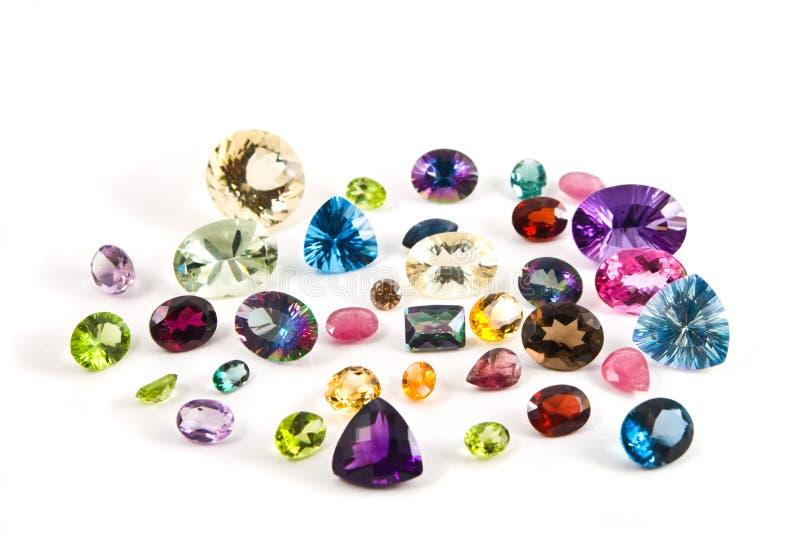 El agrupar de piedras preciosas talladas foto de archivo