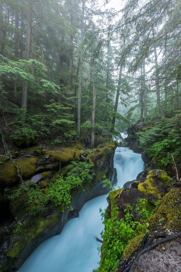 El agua acomete a través de la piedra tallada de la cala de la avalancha fotos de archivo libres de regalías