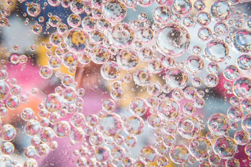 El agua burbujea rosa del cristal foto de archivo libre de regalías