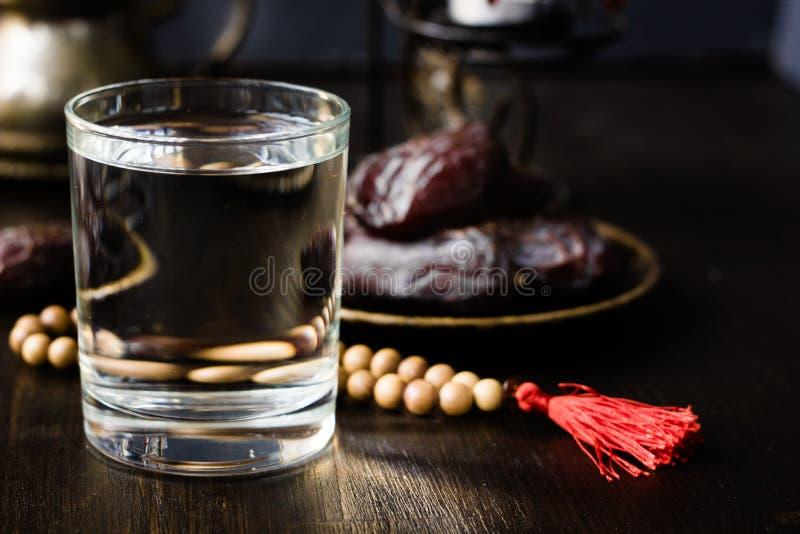El agua de Iftar para el Ramadán ayuna abertura fotografía de archivo libre de regalías
