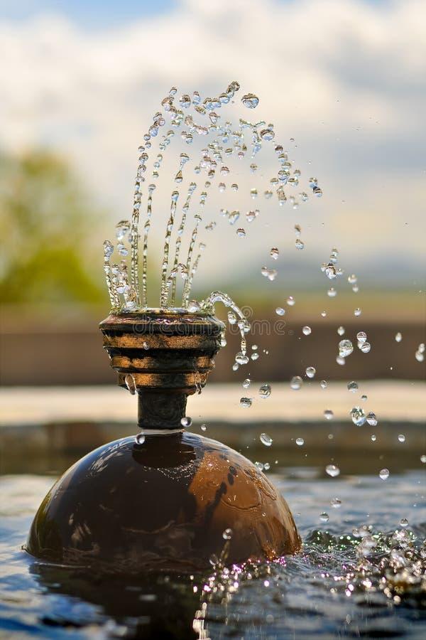 El agua de la fuente cae el vuelo congelado en mediados de aire fotos de archivo libres de regalías